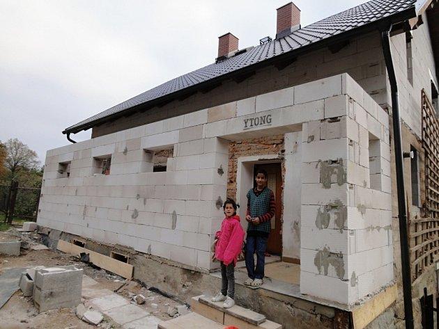 Dům Jany Borkovcové, která se v Písečné na Jablunkovsku stará o devět dětí z dětských domovů. Se stavbou pomáhají i dobrovolníci, podle charity se zájemci mohou hlásit prakticky kdykoli.