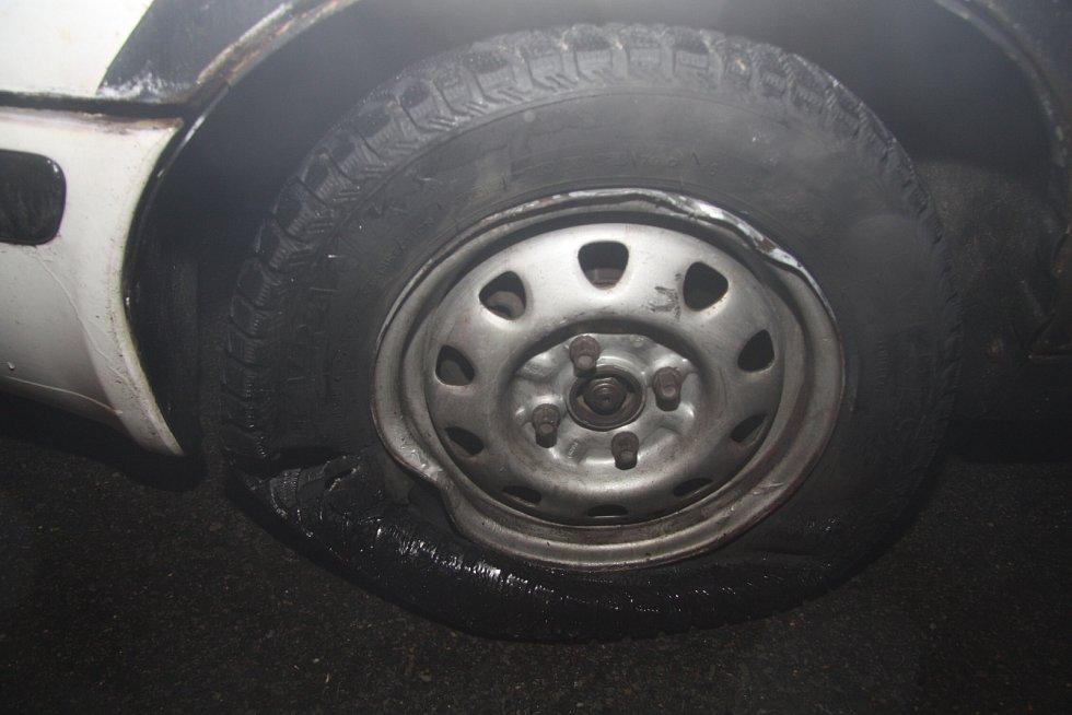 Řidič osobního motorového vozidla Škody Superb najel na chodník, prorazil oplocení pozemku a pak proboural zeď novostavby.