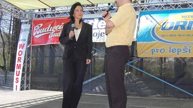 Zastávka v Lyžbicích patřila k hlavním tématům Dne s Deníkem v Třinci. Na snímku o ní diskutuje starostka Věra Palkovská s šéfredaktorem Deníku René Stejskalem.