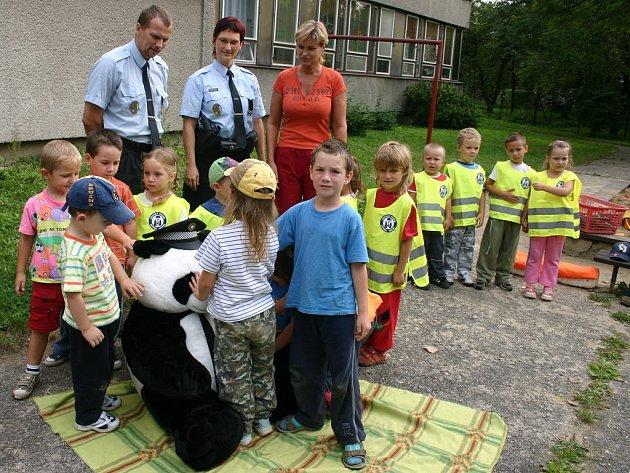 Strážníci v těchto dnech objíždějí mateřské školy ve Frýdku-Místku, dětem představují maskota projektu medvěda Pandu a předávají jim reflexní vesty s logem Pandy.