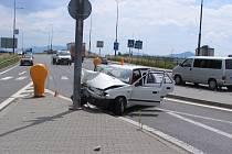Havarované auto, v němž jeli čtyři lidé. Byla mezi nimi i šestnáctiletá dívka, která krátce předtím kradla v supermarketu.