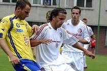 Třinecký Tomáš Jakus (v bílém) bojuje o míč s jihlavským protihráčem.