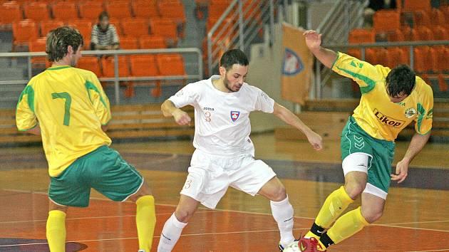 Futsalisté týmu Tango Brno (v bílých dresech) vs. Likop Třinec (ve žlutých).
