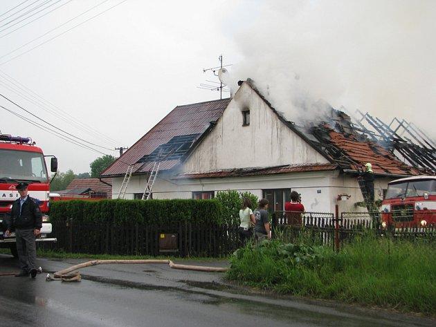 Velké neštěstí postihlo ve středu po poledni rodinu Pustkových z Kozlovic. Do jejich domu, který sousedí s pilou, udeřil o půl jedné blesk a zapálil jej.