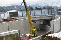 Obří stavba v Lyžbicích, která zahrnovala i železniční koridor, komplikuje život Třinečanům minimálně dva roky. V červnu by se jim mělo ulevit otevře se zde provizorní průchod.