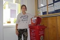 Beáta Šodková stojí u koše určeného pro recyklaci různých elektrozařízení. Čtrnáctiletá žačka lískovecké základní školy považuje ekologii za důležitou.
