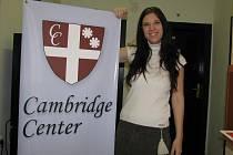 Monika Korbelová na chodbě školy.