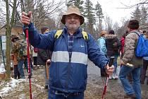 Karel Tisoň je tak vášnivý turista, že na Lysou horu vyjde až 310 krát za rok. Na tomto snímku je na nejvyšším vrcholu Metylovic - Čupku, kde s Lachy slavil 31. prosince Silvestr.
