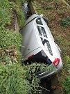 Zásah hasičů u automobilu v příkopu ve Staříči.