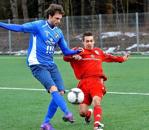Domácí Martin Sporysz zastavuje faulem hostujícího fotbalistu.