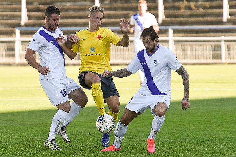 Fotbalisté Frýdku-Místku (v bílo-modrém) v utkání MSFL s Kroměříží (9. září 2020).