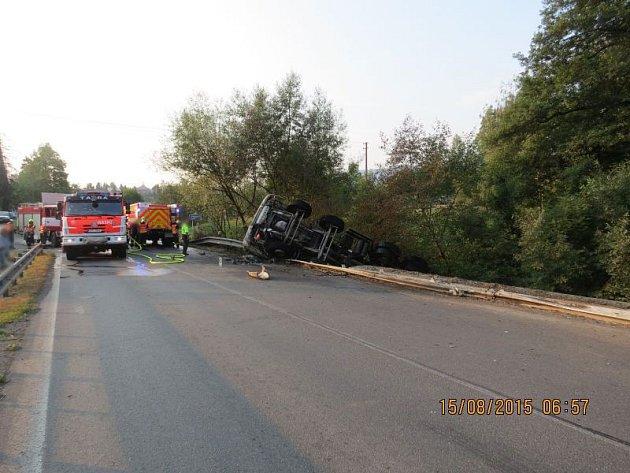 Tři jednotky hasičů zasahovaly vsobotu ráno upožáru nákladního automobilu po dopravní nehodě vTřinci-Neborech, na silnici 1/11.