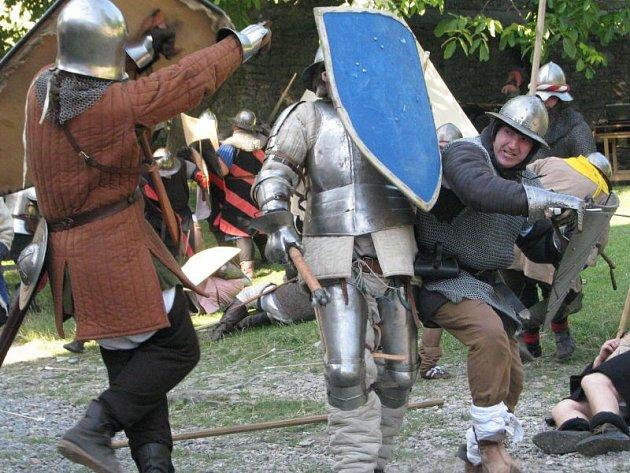 Za čest a slávu! Tak se jmenovala největší akce letošní sezóny na Hukvaldech. Po celý sobotní den husité bránili hrad, zatímco Olomoucké biskupství se jej snažilo dobýt.