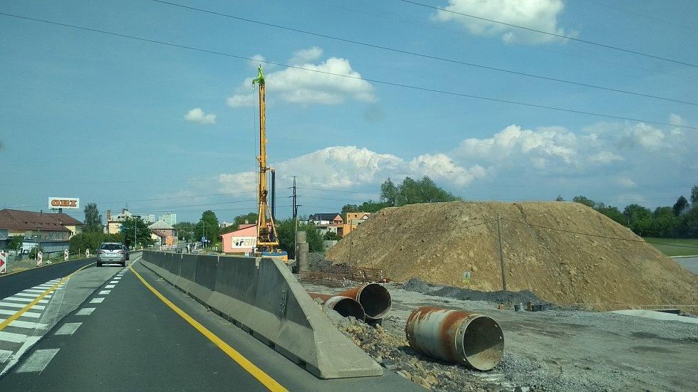 Výstavba obchvatu Frýdku-Místku. Práce poblíž přehrady Olešná.