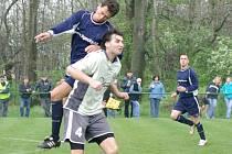 Na ilustračním snímku je zachycen smilovický kanonýr Tomáš Ganczarczyk (ve světlém), který o víkendu sestřelil svými čtyřmi přesnými zásahy fotbalisty Stonavy.