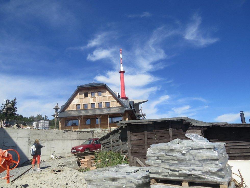 Pohled na vrchol a z vrcholu nejvyšší hory Moravskoslezských Beskyd.