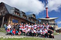 Frýdecko-místečtí hokejisté si společně s fanoušky užili výšlap na nejvyšší horu Moravskoslezských Beskyd.