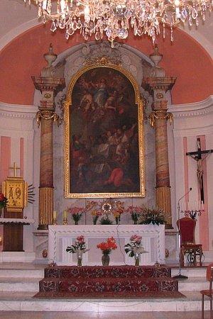 Hlavní oltář kostela vHnojníku sobrazem Nanebevzetí Panny Marie. Je od neznámého malíře, který ho namaloval již kolem roku 1750.
