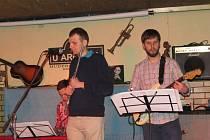 Milovníci jazzu mířili v pátek večer do frýdecké hospůdky U Arnošta. Nebylo divu, koncert zde měla skupina Behind The Door.