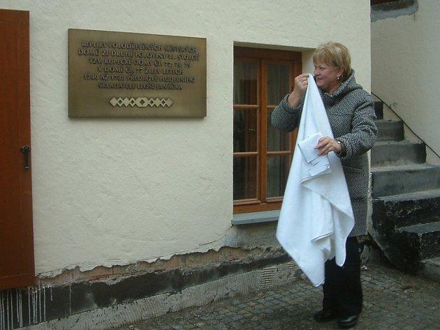 Primátorka Eva Richtrová odhaluje pamětní desku.