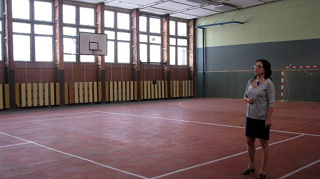ZŠ Dany a Emila Zátopkových v Třinci využívá tělocvičnu z roku 1979. Statik už před osmi lety prohlásil, že je za hranicí životnosti. Hala bude letos rozebrána. Na snímku Magda Nogová, která je řízením 4.ZŠ pověřena.