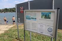 Kvalita vody v Žermanické přehradě je sice podle hygieniků vhodná ke koupání, od hráze se ale šíří sinice.
