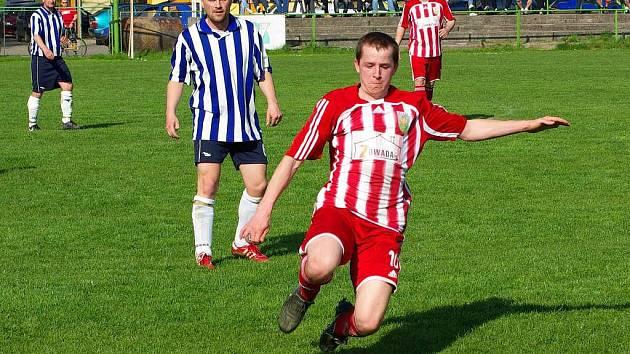Nýdecký Tomáš Spratek (u míče) a za ním Petr Bilko z Vendryně.