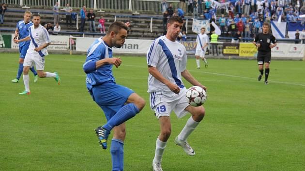 Útočník Jan Staško (v bílém) vstřelil v letošní sezoně v dresu Frýdku-Místku dvě branky.