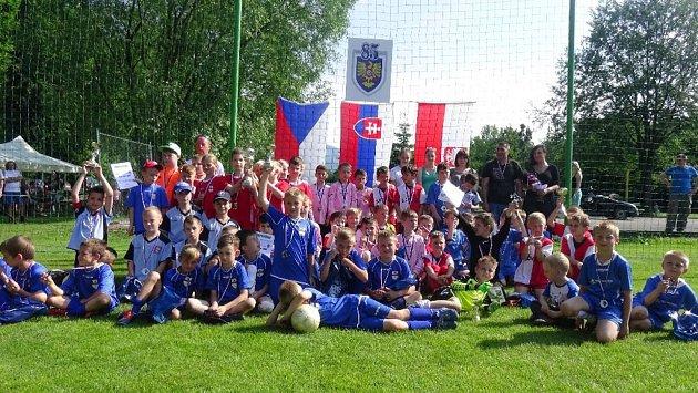 Šest žákovských družstev zČeské republiky, Slovenska a Polska se porovnalo na mezinárodním fotbalovém turnaji, který se uskutečnil na hřišti vNeborech.