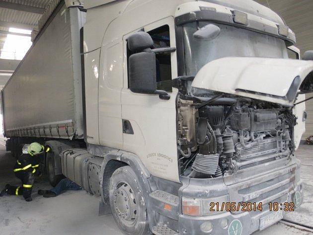 Oheň poškodil kamion.