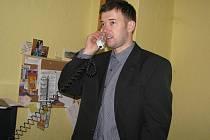 Šéf Stounu Kamil Rudolf při jednom z pracovních telefonátů ve své pracovně.