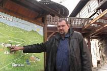 Starosta Ostravice Miroslav Mališ před hotelem Sepetná.
