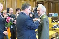 Čtrnáct válečných veteránů a bojovníků za svobodu si v pondělí 4. května v zasedací místnosti frýdecko-místeckého magistrátu převzalo ocenění z rukou Generálního konzula Ruské federace Andreje Šaraškina.
