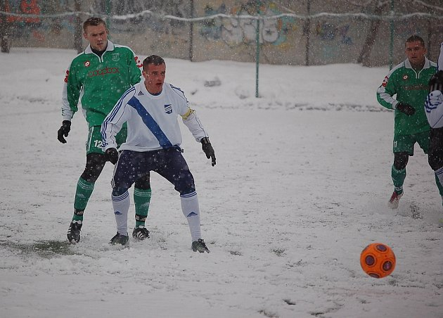 Mokrý sníh fotbalistům oběma celkům hodně ztěžoval hru.