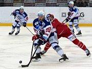 Třinečtí hokejisté (v červeném) nestačili na Kometu.