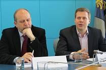 Primátor Frýdku-Místku Michal Pobucký z ČSSD (na snímku vpravo) a Jiří Kajzar (Naše město F-M) na tiskové konferenci.