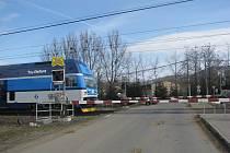 Na tomto železničním přejezdu v Bystřici zahynuly před devíti lety dvě mladé dívky. Na snímku současná podoba přejezdu, který nedávno prošel modernizací.
