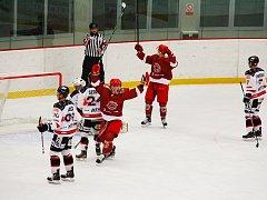 Hokejisté Frýdku-Místku (v červeném) měli důvod k radosti. Svého soupeře z Brna zdolali rozdílem osmi branek.