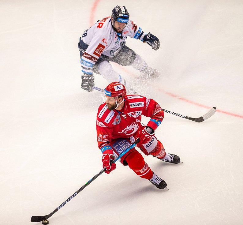 Finále play off hokejové Tipsport extraligy - 1. zápas: HC Oceláři Třinec - Bílí Tygři Liberec, 18. dubna 2021 v Třinci. Zleva Martin Růžička z Třince a Michal Birner z Liberce.