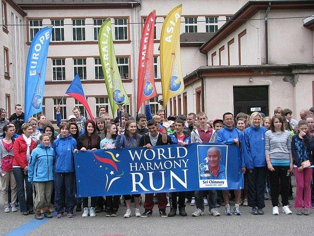 Světový běh harmonie zavítal v úterý do Třince. Běžci se setkali s žáky Jubilejní Masarykovy ZŠ a PZŠ v ulici Nádražní. Strávili spolu zhruba hodinu, společně si popovídali a nakonec se i proběhli.