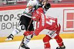 Semifinále play off hokejové Tipsport extraligy - 7. zápas: HC Oceláři Třinec - BK Mladá Boleslav, 15. dubna 2021 v Třinci. (zleva) David Šťastný z Mladé Boleslavi a Jan Jaroměřský z Třince.