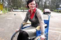 Tereza Štvartáková si při akci v Sokolíku vyzkoušela i jízdu s vozíkem, ve kterém měli možnost si sjet také všichni přítomní.