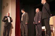 """Světáci se chystají na vstup do společnosti. Emeritní profesor v podání Jana Chýlka (vlevo) """"poučuje"""" Petra Kozu, Milana Pavlištíka a Tomáše Machálka (zleva)."""
