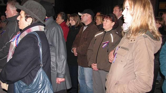 Na listopadové události roku 1989 v pondělí večer vzpomínaly desítky lidí v Brušperku.