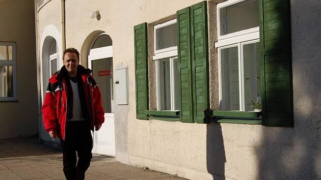 Muž prochází areálem Beskydského rehabilitačního centra v Čeladné.