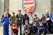 Benjamínci FC Kozlovice před stadionem Arsenalu Londýn.