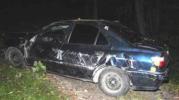 Jedno z havarovaných vozidel po srážce, kterou podle policistů zinscenovali dva muži.