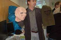 Jeden z kriminalistů ukazuje přitomným novinářům na tiskové konferenci ve Frýdku-Místku masku, kterou používali lupiči při přepadávání benzinových pump.