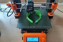 Ochranné štíty pro zdravotníky vyrábí na 3D tiskárně dům dětí a mládeže v Třinci.
