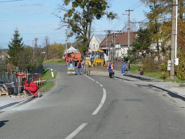 Výstavba nových chodníků v Pržně.